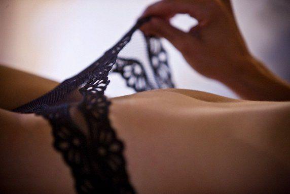 Mulher olhando sua vagina