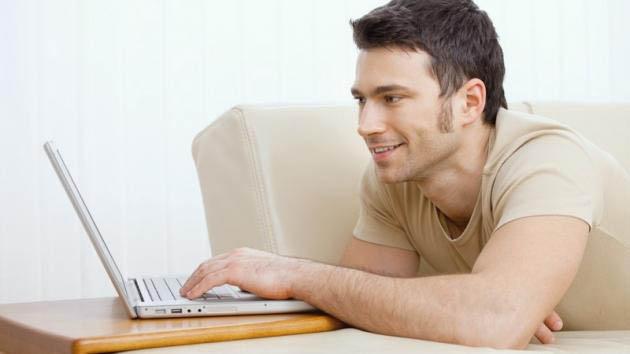 Um rapaz conversa com uma garota em um site de encontros